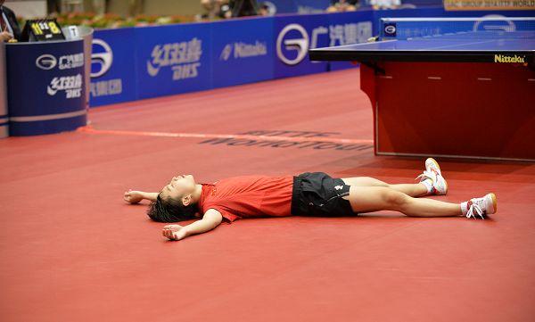 图文:日本乒乓球公开赛 于子洋倒地庆祝