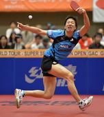 图文:日本乒乓球公开赛 水谷隼飞身回球