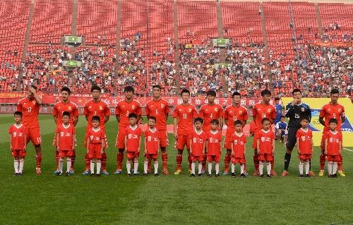 中国足球队vs马里队_6月22日,在山东济南举行的一场足球热身赛中,中国国家队与马其顿国家