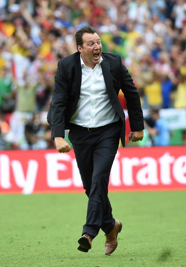(世界杯)(4)足球——比利时队主教练欣喜若狂