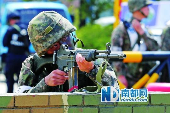 22日,韩国军方在江原道朝韩非军事区附近一检查站警戒。