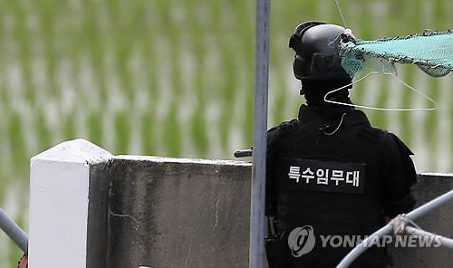 韩国军方正在肇事士兵活动区域进行警戒。