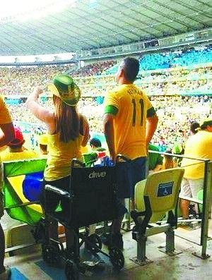 巴西队的比赛中,坐在残疾人席位上的球迷站起来了