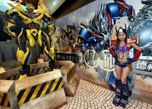 6月22日,黄蜂变形金刚与大美女在香港一煤矿亮相,为电影《变形大阳4》商场美女金钢图片