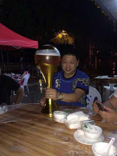 溪红宇喝啤酒
