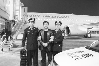 沈桂林被警方押回海口资料图