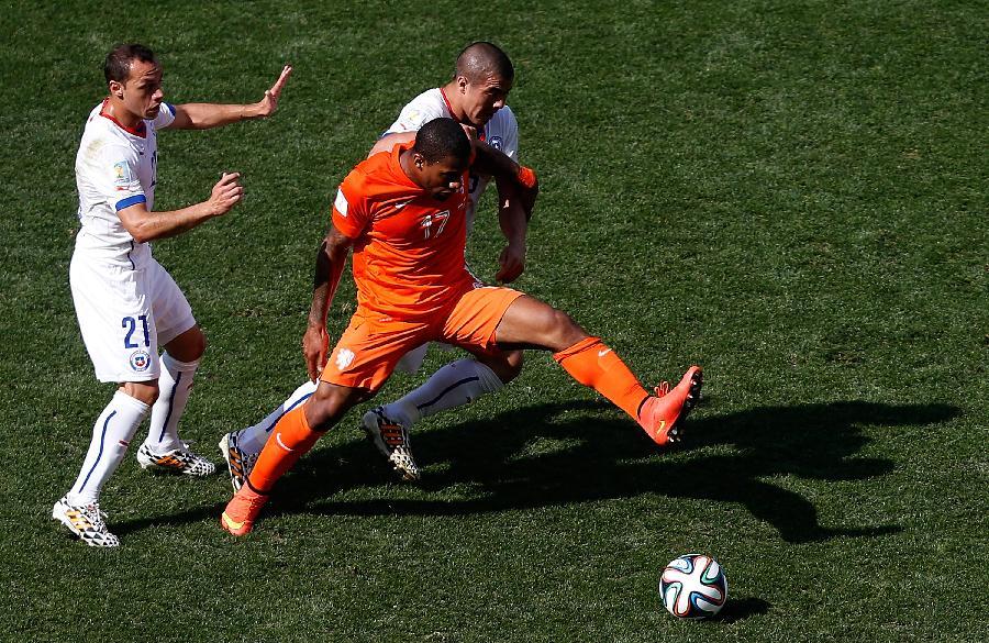 荷兰队内讧_(世界杯)(41)足球——小组赛b组:荷兰队胜智利队(图)