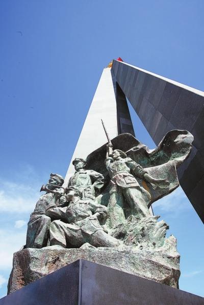 宁化红军长征出发地纪念广场上的塑像。