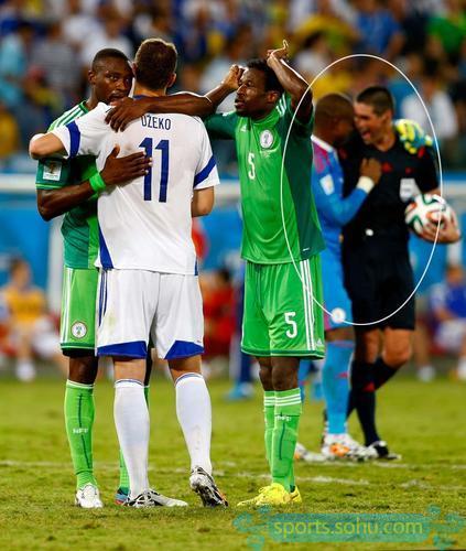在波黑0-1不敌尼日利亚被淘汰的赛后,有照片拍到当值主裁奥克利与尼日利亚门将恩耶马嬉笑庆祝的画面,由此引发本场比赛是否被人为操纵的猜想。