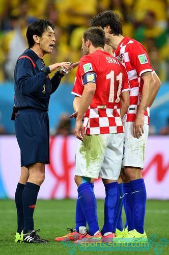 本届世界杯已经爆出多起裁判问题,揭幕战巴西与克罗地亚比赛时的日本籍主裁西村雄一由于出现多次争议判罚,目前已被从主裁判降为第四官员。