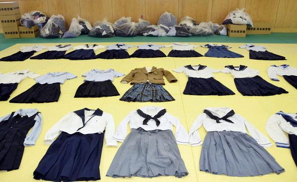 日本校服偷女高中生高中成瘾家中善待300余件藏匿生命男子作文图片