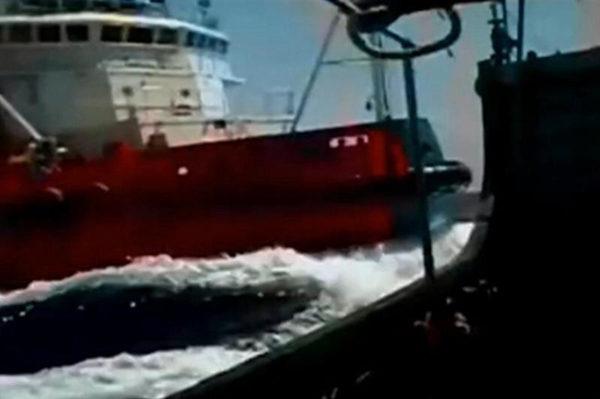 原文配图:中越船只相撞,越船出现破损。
