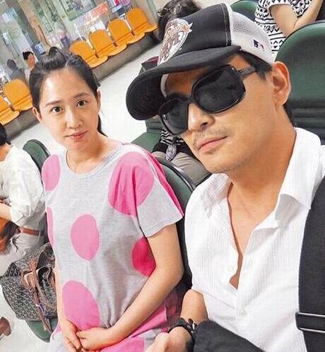 陈晓东陪孕妻产检。