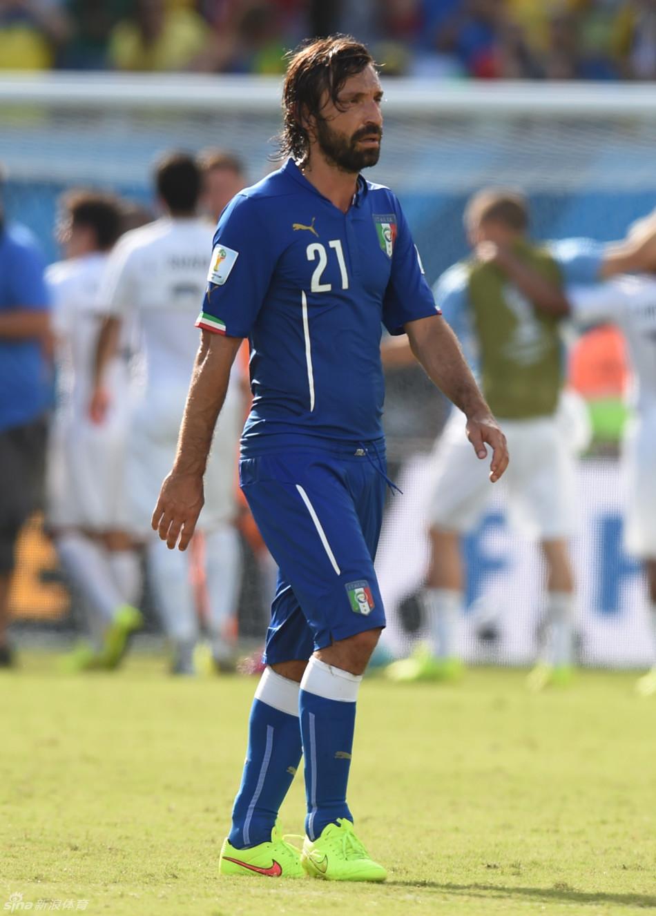 6月24日,意大利队球员安·皮尔洛(左)与对方球员拼抢。