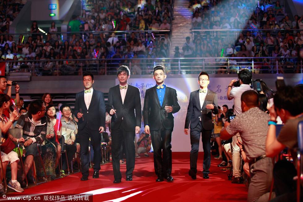 上海 复旦大学/身穿中国传统服装的复旦大学毕业生走上红地毯。