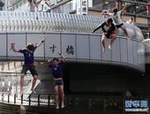 日本出局球迷自杀式泄愤 穿队服结伴跳河(图)
