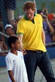 高清图:哈里王子不回国 穿巴西球衣和小孩踢球