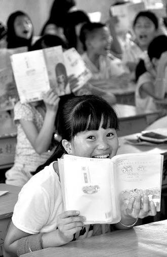 博社村村委会旁的甲西镇中心小学,有小学生七百余名。目前,学校除每周一升旗仪式上例行禁毒知识宣讲外,学校每星期增加了一堂禁毒教育课。图为正在上禁毒教育课的小学生一脸的好奇与兴奋。