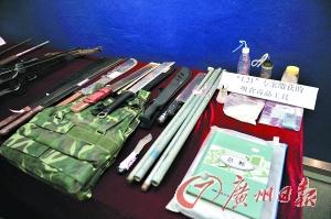 警方缴获的管制刀具以及毒品。记者邵权达摄