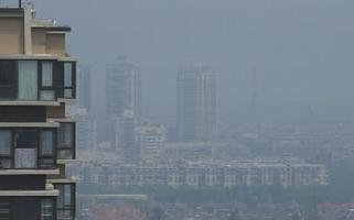 今天上午11时,站在北苑地铁附近往天通苑方向看,天空中罩着淡淡的雾 摄/法制晚报记者 付丁