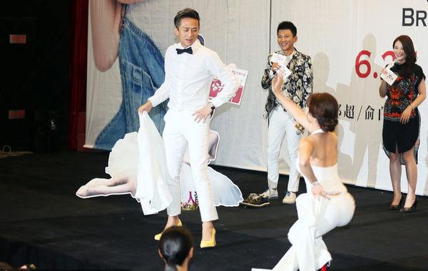 邓超对古力娜扎跳钢管舞图片