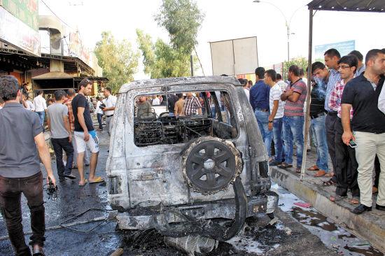 伊拉克25日发生多起暴力袭击,导致至少27人死亡、90人受伤。其中,发生在基尔库克市北部一个军方检查站的自杀式爆炸袭击导致5人死亡、17人受伤,图为爆炸事故现场