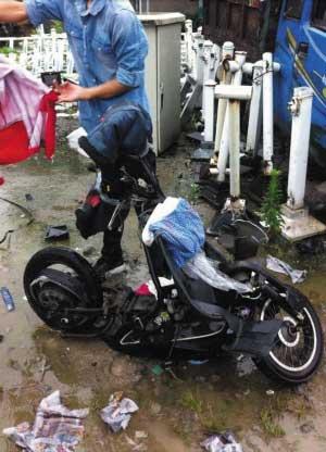 事故双方的车辆均有不同程度的受损,电瓶车损毁严重