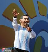 高清图:阿根廷球迷海滩观战 胖版梅西搞笑出镜