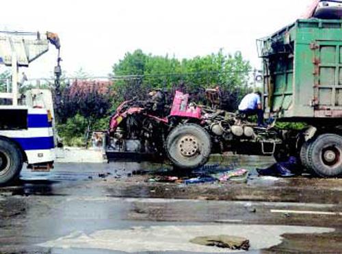 双桥大货车燃起大火,车头烧得面目全非 高清图片