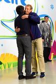 高清图:勒夫克林斯曼拥抱庆重逢 老友谈笑甚欢