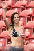 高清图:暴雨赛场似泳池 女球迷穿星条旗比基尼