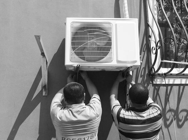 市民张先生最终选择了正规厂家的工作人员来安装空调。