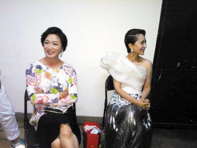 导师金星与海清在《中国好舞蹈》后台(资料图)