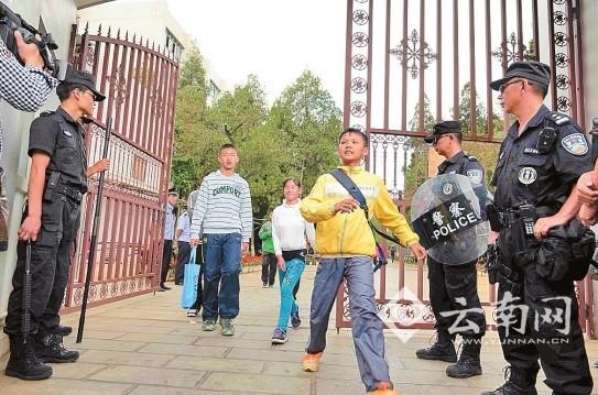 民警在昆一中考点保驾护航 记者 刘筱庆 摄