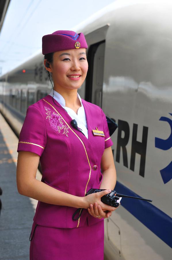 重庆客运段动车组列车员换新装 中国风为理念