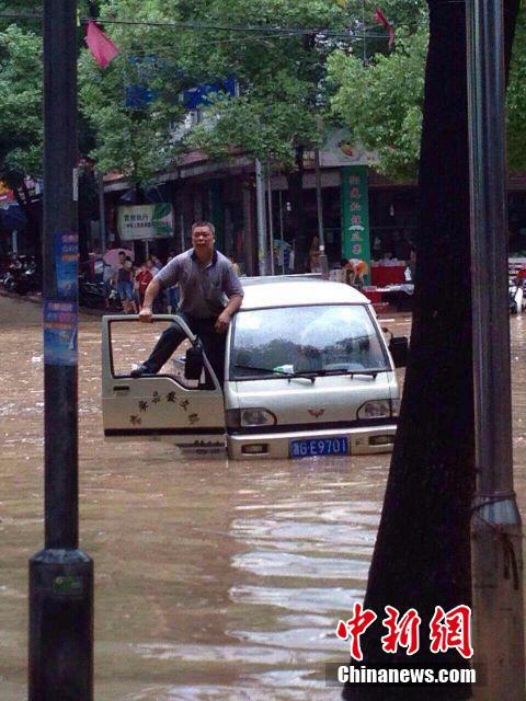 """浙江磐安遇暴雨 街道广场严重水浸变""""游泳池"""""""