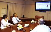 高清图:奥巴马空军1号上看世界杯 助威美国队