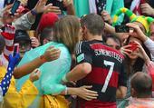 高清图:小猪力助德国获胜 到观众席与女友激吻