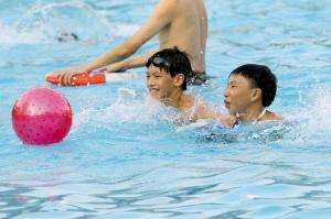 夏季带孩子游泳要注意安全。