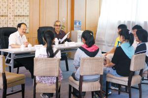 云南 昆明/2008年,昆明学子积极参加香港大学在昆明的招生面试会资料图片