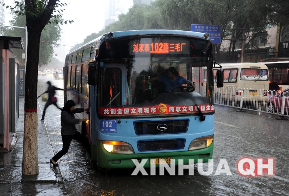 (图片拍摄于27日下午19时至21时,均为城东区东关大街实况)