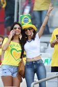 前方图:巴西美女球迷风情万种 举标语讽刺智利