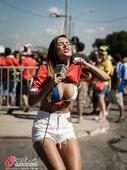 高清图:智利美女主播疯狂撩衣 露豪乳力挺球队