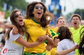 高清图:两小时后的惊心动魄 巴西球迷哭着庆祝