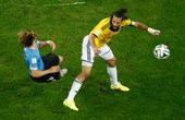 高清图:弗兰瞪眼怒指对手 乌拉圭老将为何发飙