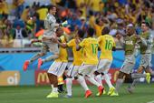 高清图:世界杯巴西战智利 路易斯破门全队庆祝