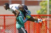 高清图:尼日利亚训练淡定哥搞怪 米克尔露腹肌