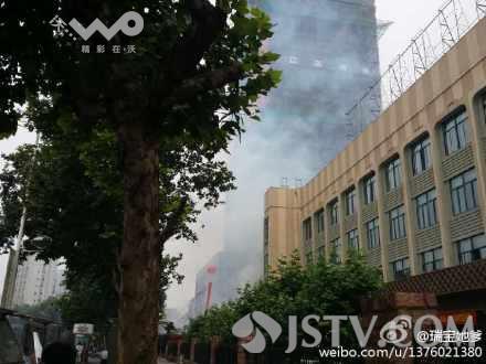 """网友""""瑞宝她爹 """"反映,今天一早,在南京新模范马路上的南邮大夏封顶,施工现场大放烟花爆竹,这阵势还真让人以为是工地失火了。"""