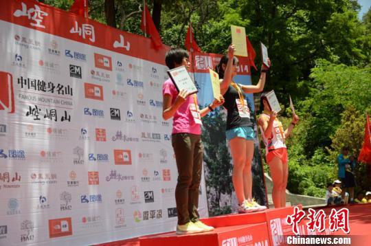 6月29日,2014中国健身名山登山赛崆峒山赛区比赛在平凉崆峒山景区开赛。图为参赛选手从起点出发。 冯志军 摄