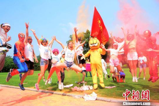 6月29日,3000多名参赛选手和数十名外国友人参加了在桂林訾洲公园举行的桂林首届RUN FOR FUN 城市趣跑活动。 唐梦宪 摄